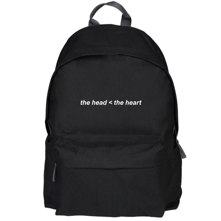 Czarny plecak z napisem The head < the heart